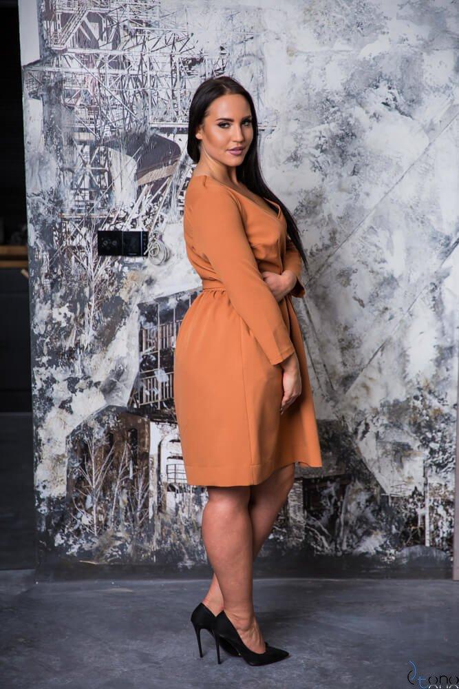 Camelowa Sukienka MAKAN Kopertowa Plus Size